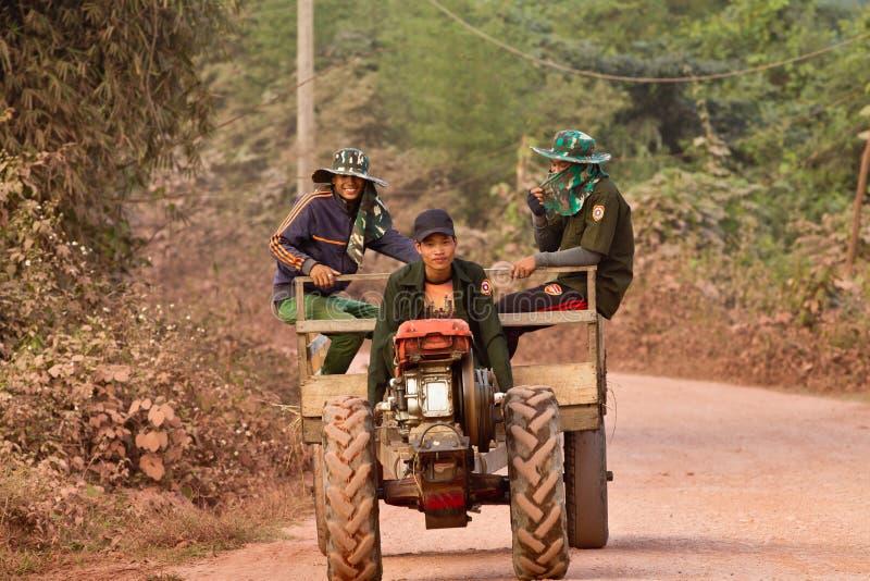 Ungdomarsom kör en traktor arkivfoto
