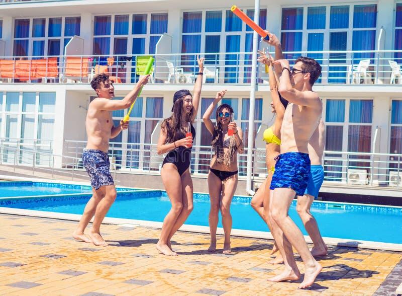 Ungdomarsom ser lycklig dans på simbassängen royaltyfria foton