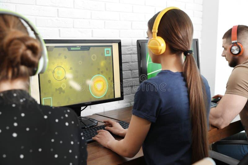 Ungdomarsom spelar videospel p? datorer Esports turnering royaltyfri bild