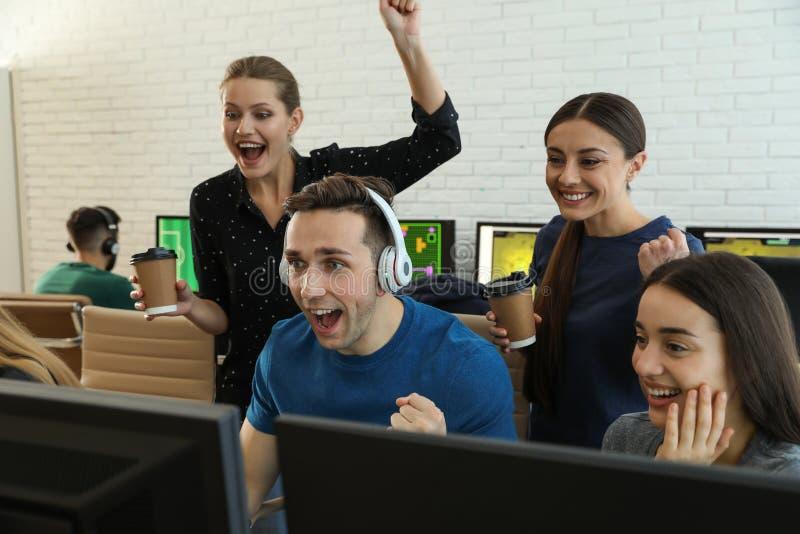 Ungdomarsom spelar videospel p? datorer Esports turnering royaltyfri foto