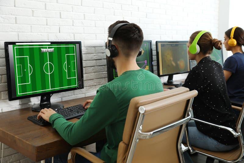 Ungdomarsom spelar videospel p? datorer Esports turnering fotografering för bildbyråer