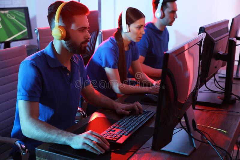 Ungdomarsom spelar videospel p? datorer Esports turnering arkivfoton