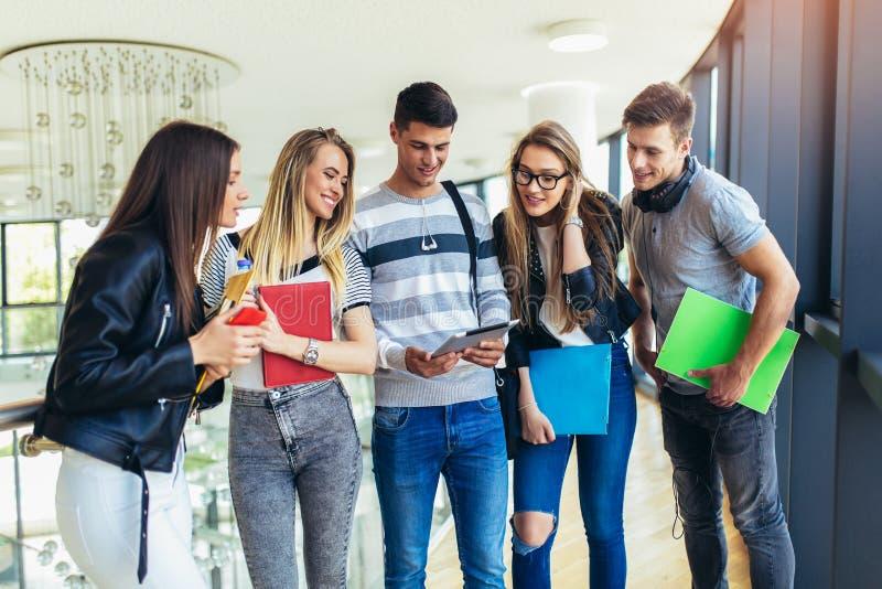 Ungdomarstuderar tillsammans i universitet royaltyfri bild