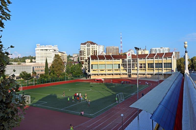 Ungdomfotbollslagdrev på stadion av sportskolan mig arkivbilder
