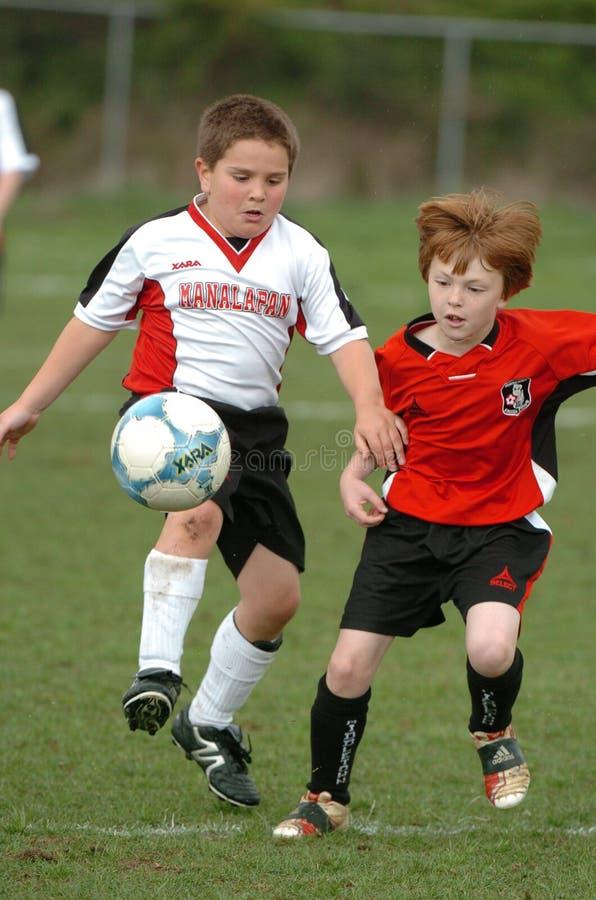 Ungdomfotbollspelare royaltyfria bilder
