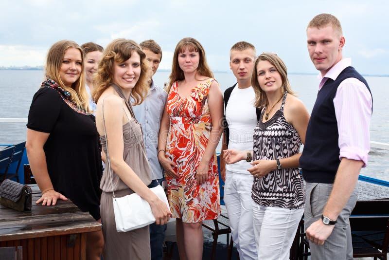 Ungdomgrupp av åtta folk som tillsammans plattforer arkivfoto