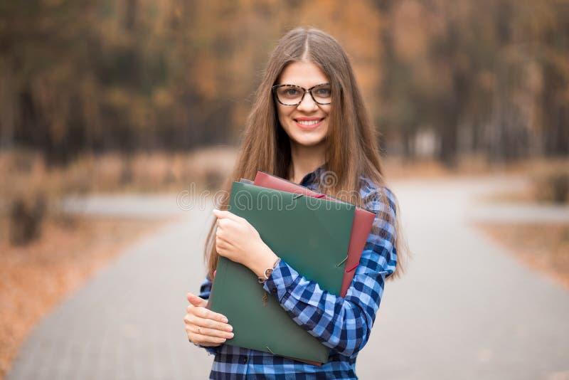 Ungdomlig positiv gladlynt säker driftig kvinnlig högskolestudent på väg att klassificera royaltyfria bilder