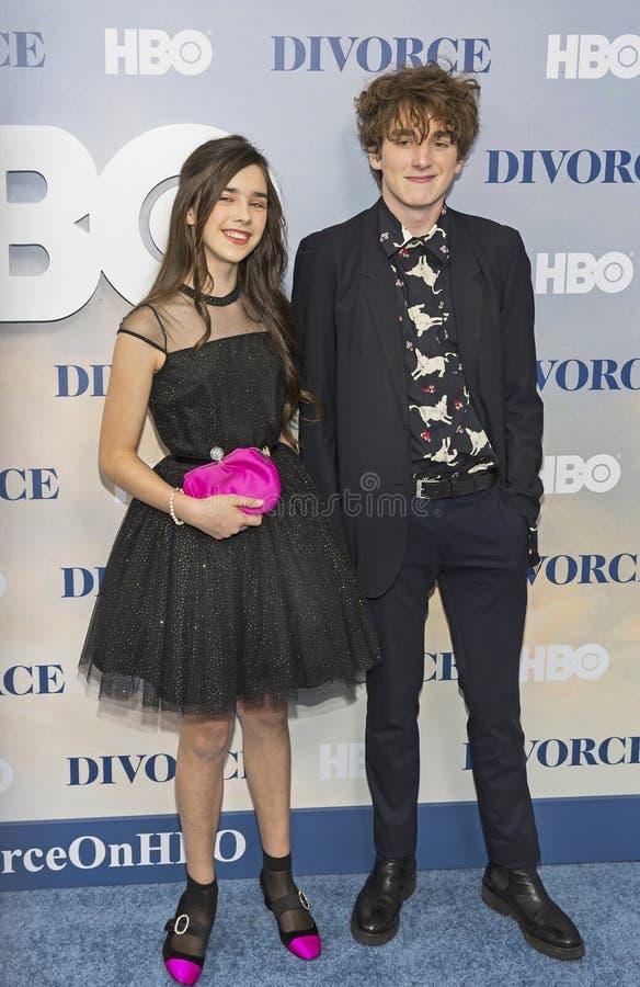 Ungdomliga skådespelare på TVpremiären royaltyfri foto