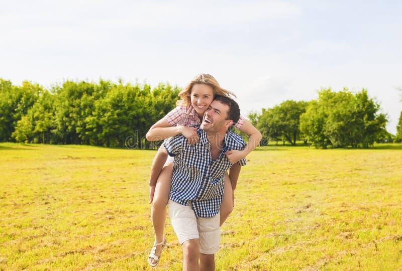 Ungdomlivsstil, sommarsemestrar, datummärkning, förälskelse, lycka Conce royaltyfri foto