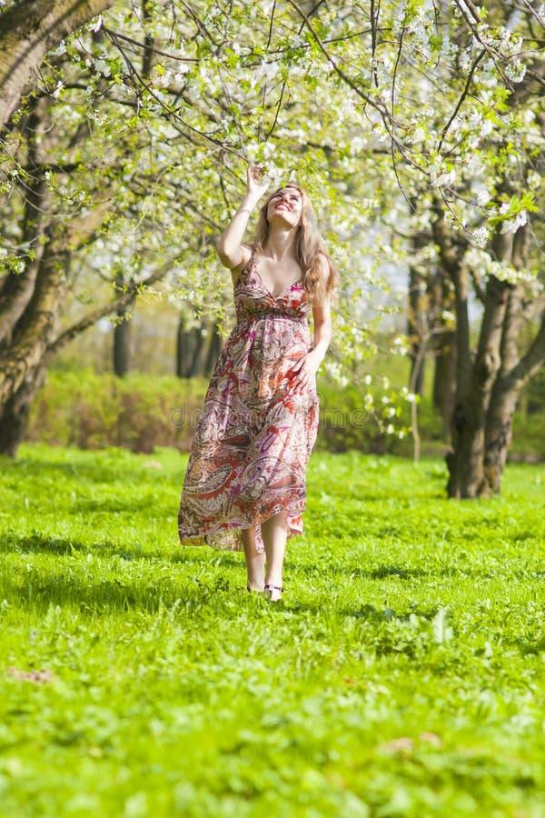 Ungdomlivsstilidéer Stående av den optimistiska och lyckliga Caucasian kvinnan royaltyfri fotografi