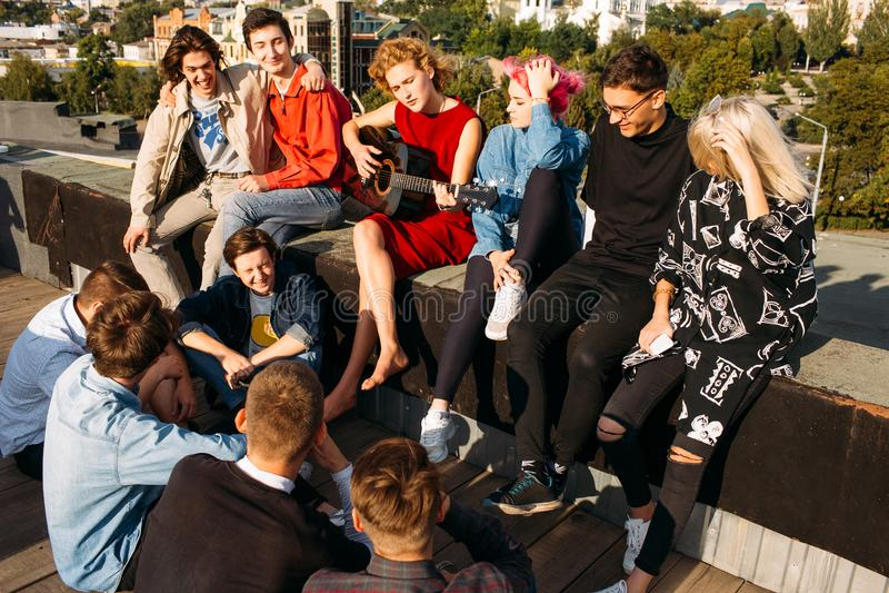Ungdomloppet Europa sitter takallsång tycker om leende royaltyfri fotografi