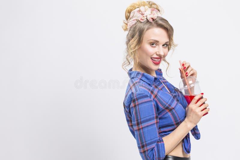 Ungdommode- och livsstilbegrepp Förförisk och lycklig Caucasian flicka arkivfoton