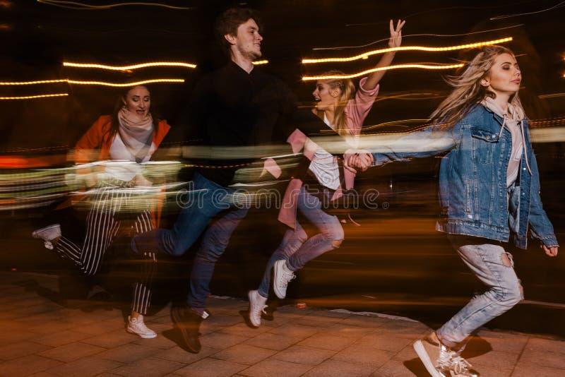 Ungdomrörelse i nattstad suddighet bakgrund royaltyfri fotografi