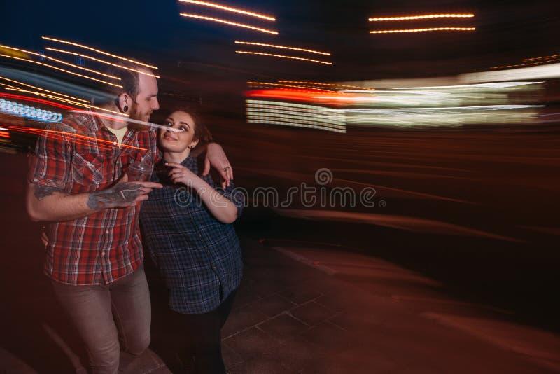 Ungdomuteliv Hipsterpar i rörelse fotografering för bildbyråer