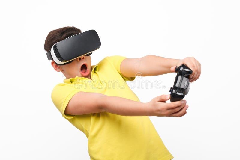 Unge i VR-hörlurar med mikrofon arkivfoton