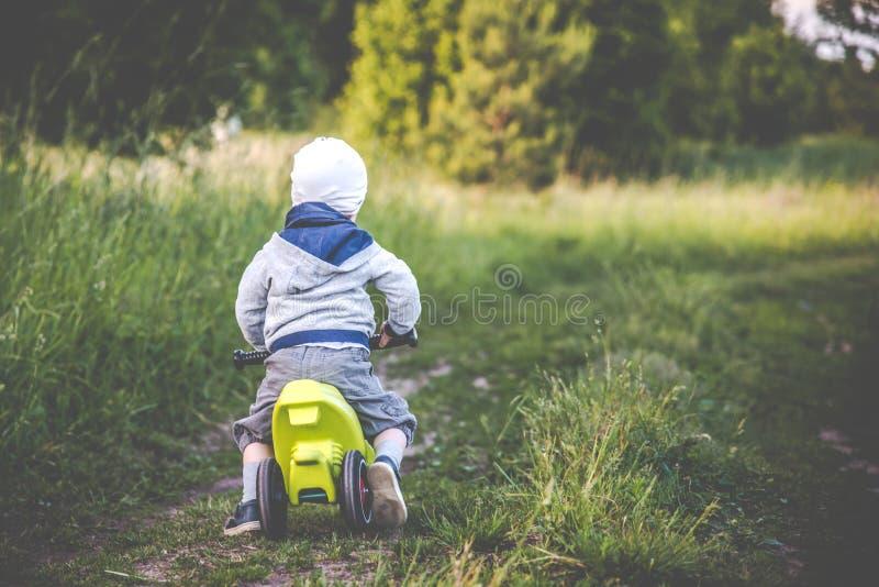 Unge med en cykelridning i natur arkivfoto
