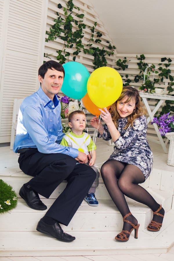 Unge med föräldrar som firar födelsedag royaltyfria foton