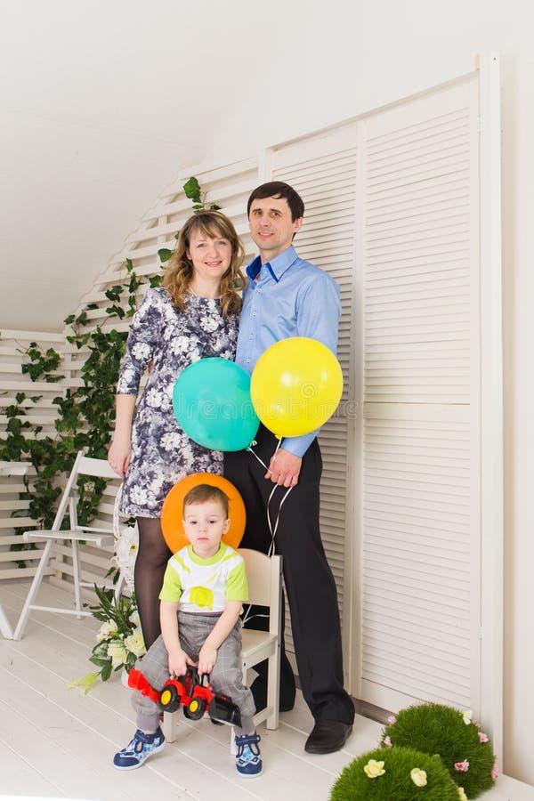 Unge med föräldrar som firar födelsedag royaltyfria bilder