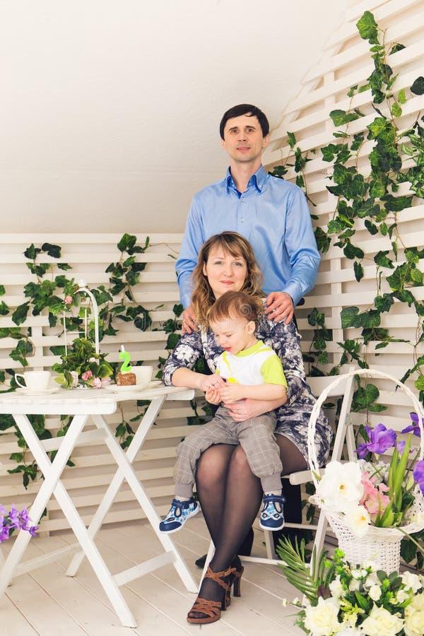 Unge med föräldrar som firar födelsedag Lycklig familj som tillsammans firar födelsedag royaltyfria foton