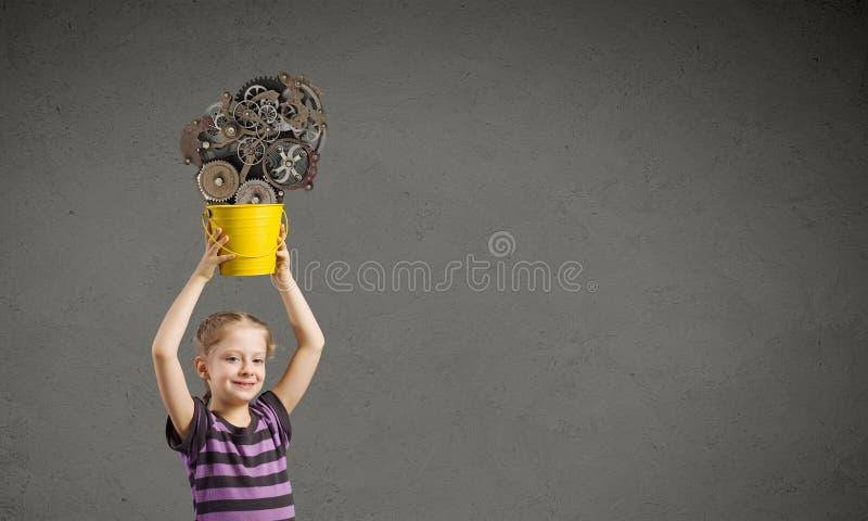 Unge med hinken fotografering för bildbyråer
