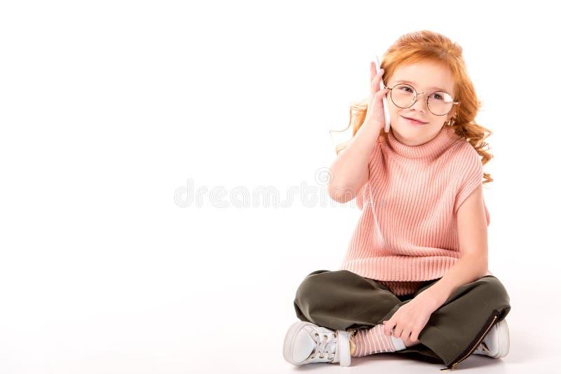 unge med ljust rödbrun hår som talar vid smartphonen royaltyfria bilder