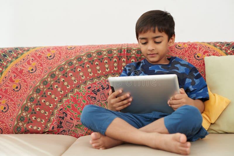 Unge med tableten arkivbilder