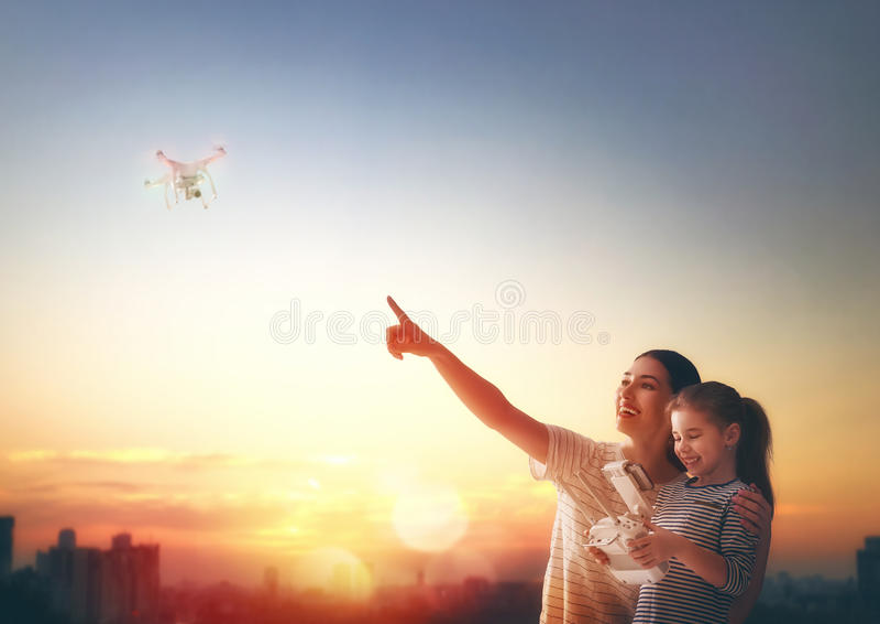 Unge och mamma som spelar med surret royaltyfri foto