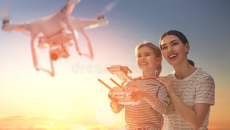 Unge och mamma som spelar med surret royaltyfria bilder