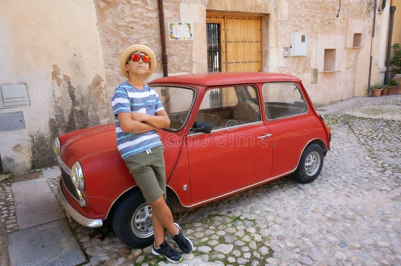 Unge och röd bil royaltyfri foto