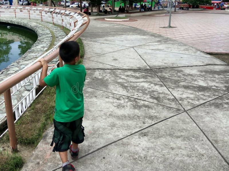 Unge på en parkera arkivfoton