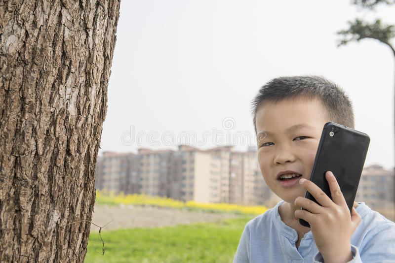 Unge som använder smartphonen arkivfoton
