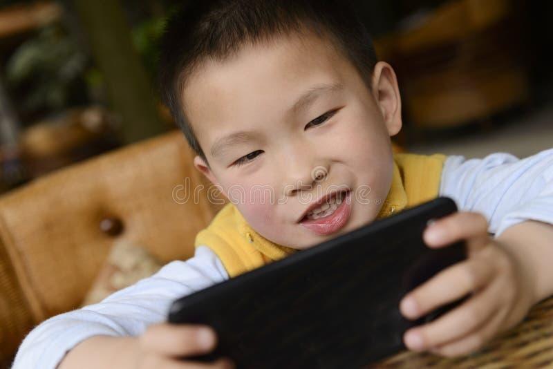 Unge som använder smartphonen arkivbild