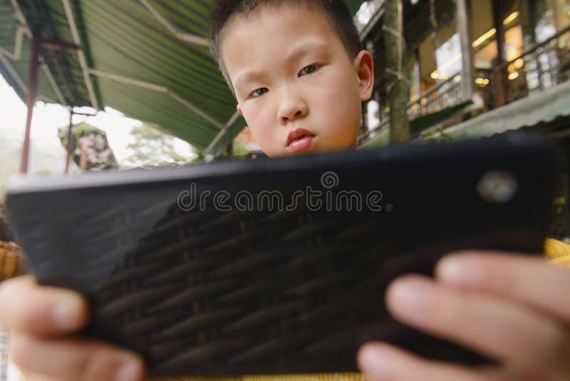 Unge som använder smartphonen royaltyfri bild