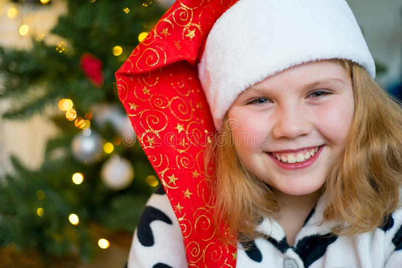 Download Unge som firar jul arkivfoto. Bild av beröm, lyckligt - 106837910