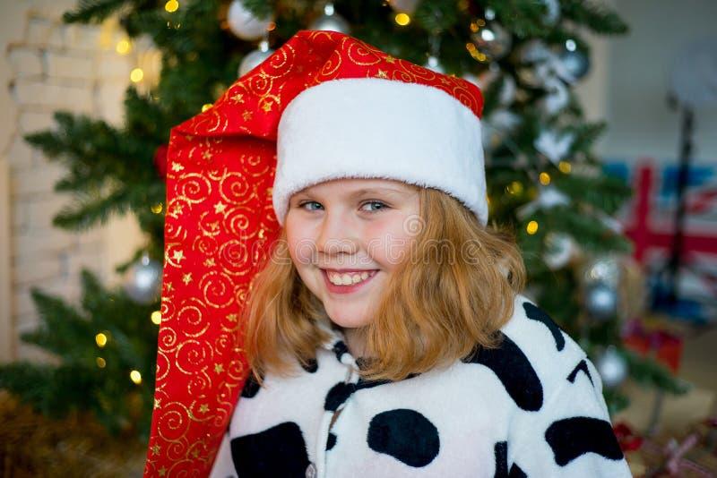 Download Unge som firar jul fotografering för bildbyråer. Bild av present - 106837947