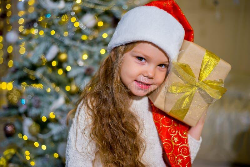 Download Unge som firar jul fotografering för bildbyråer. Bild av helgdagsafton - 106838255