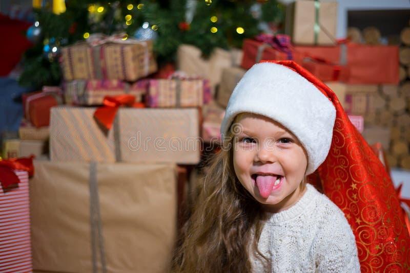 Download Unge som firar jul fotografering för bildbyråer. Bild av hatt - 106838411