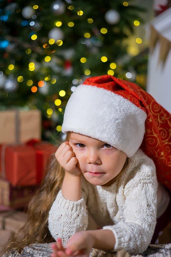 Download Unge som firar jul fotografering för bildbyråer. Bild av rött - 106838429
