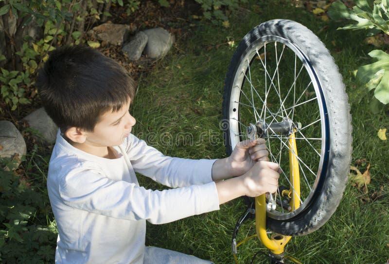 Unge som fixar cyklar royaltyfria foton