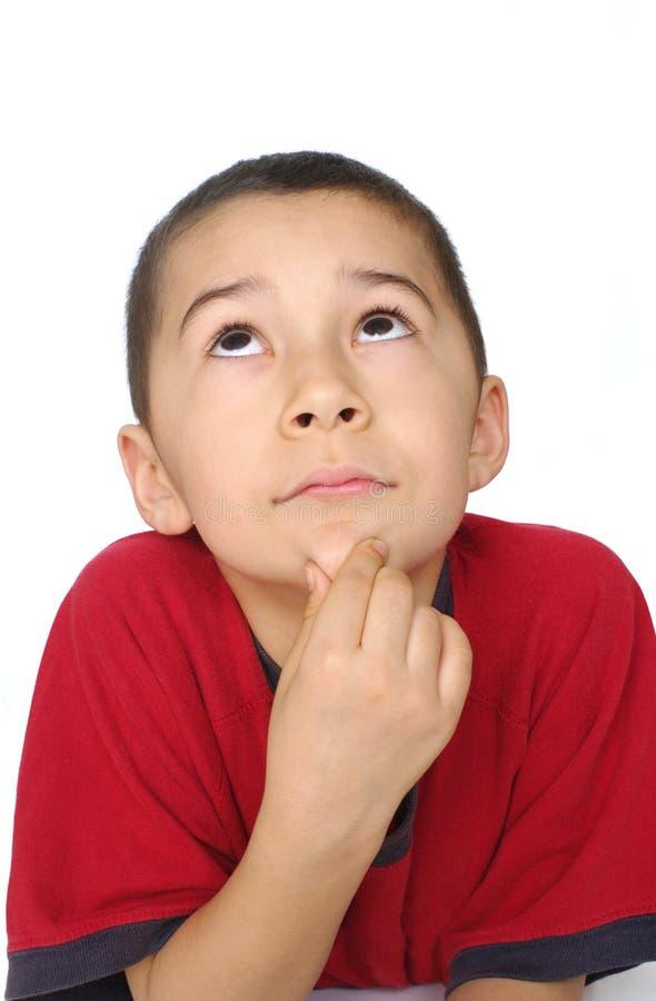 unge som ser tänka upp arkivbild