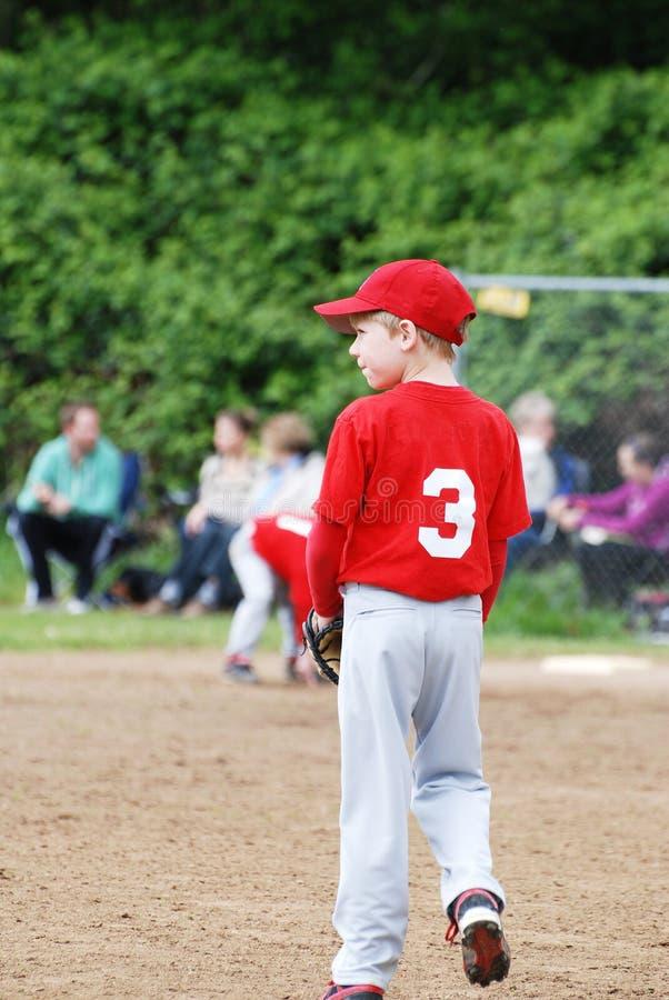 Unge som spelar baseball. arkivfoton