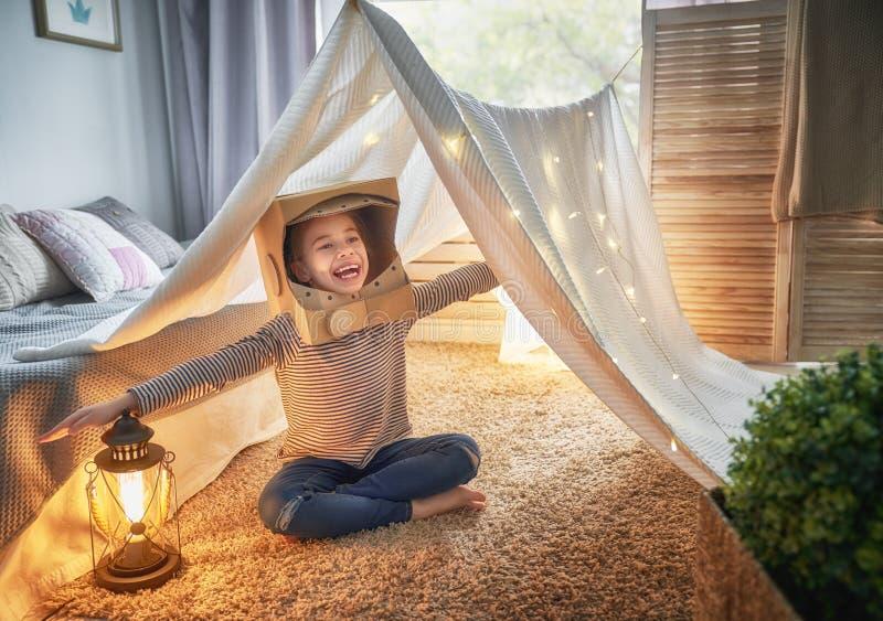 Unge som spelar i tält royaltyfri fotografi