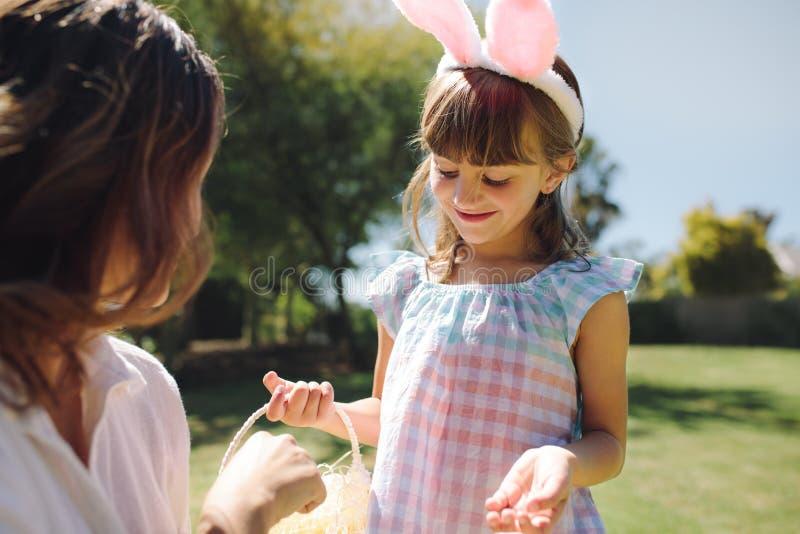 Unge som spelar med hennes moder i trädgård royaltyfria foton
