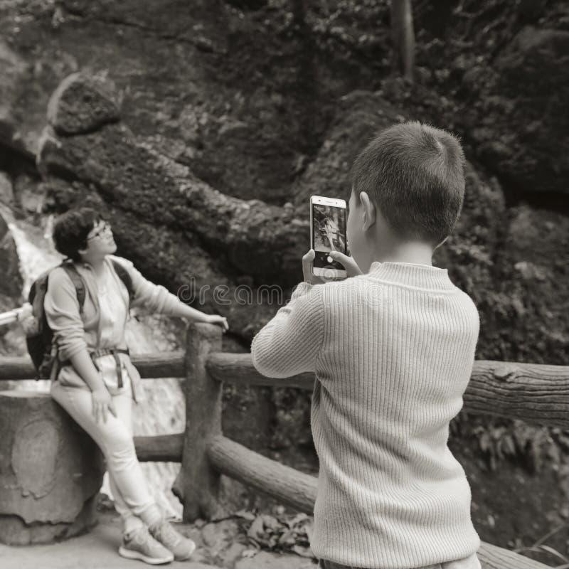 Unge som tar bilden för mamma arkivbilder
