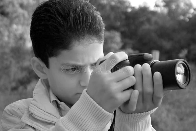 Unge som tar ett skott royaltyfria foton
