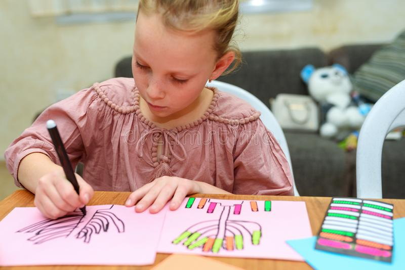 Ungeattraktion och lek med klistermärkear Att spela med klistermärkear kan hjälpa barnet på viktiga utvecklings- områden royaltyfria foton