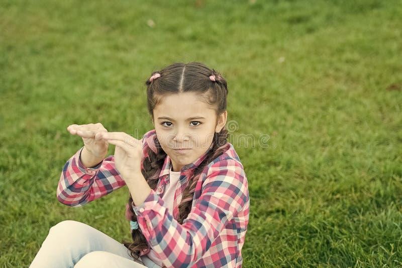 Ungedagdrivare Liten unge f?r flicka att spendera fritid utomhus in f?r att parkera Flickan sitter p? gr?s parkerar in Barnet tyc arkivbilder