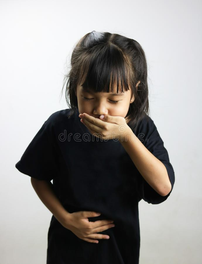 Ungeflickan har kräkning eller sjukt arkivfoton