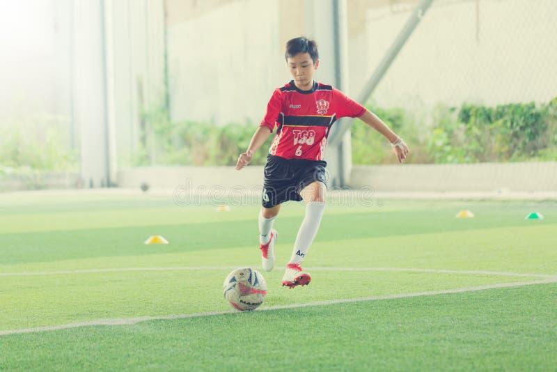 Ungefotboll som lär fotboll arkivbilder