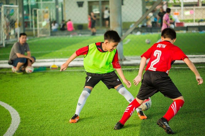 Ungefotboll som lär fotboll royaltyfria foton